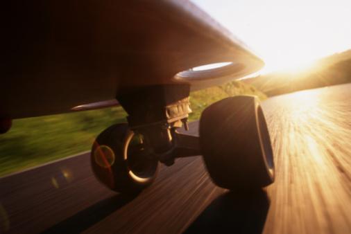 Skating「SKATEBOARD AT SUNSET, LOW ANGLE VIEW (BLURRED MOTION)」:スマホ壁紙(3)