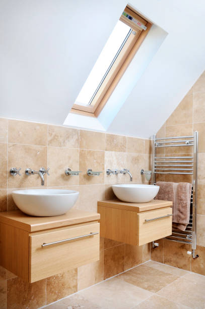 A MODERN BATHROOM WITH TWIN SINKS AND VELUX ROOF WINDOW:ニュース(壁紙.com)