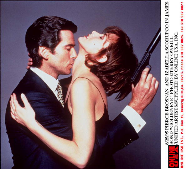 Izabella Scorupco「8/25/95 IZABELLA SCORUPCO AND PIERCE BROSNAN IN GOLDENEYE」:写真・画像(7)[壁紙.com]