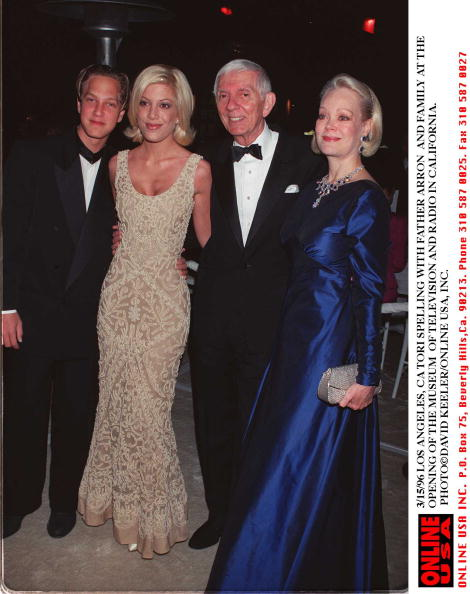 David Keeler「3/15/96 LOS ANGELES, CA TORI SPELLING WITH FATHER ARRON AND FAMILY AT THE OPENING OF THE MUSEUM OF T」:写真・画像(3)[壁紙.com]
