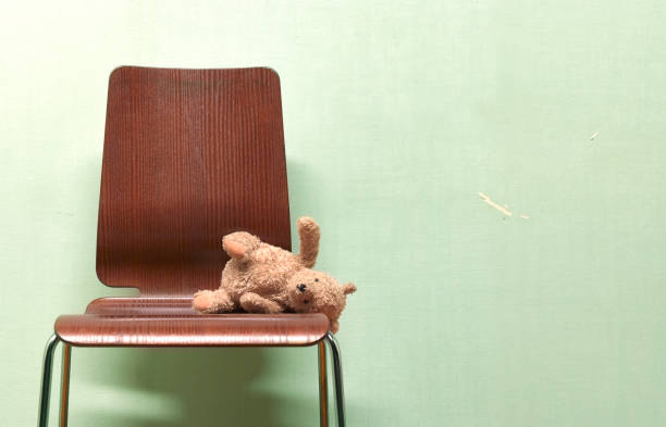 CHILDS FORGOTTEN, ABANDONED TEDDY ON CHAIR:スマホ壁紙(壁紙.com)