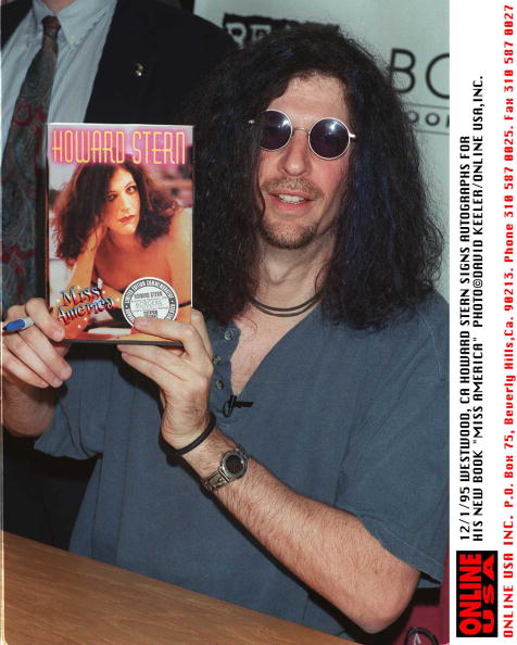"""David Keeler「12/1/95 HOWARD STERN SIGNS AUTOGRAPHS FOR HIS NEW BOOK """"MISS AMERICA""""」:写真・画像(19)[壁紙.com]"""