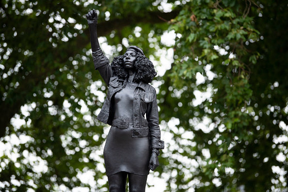 Sculpture「Statue Of BLM Protester Placed On Colston Plinth In Bristol」:写真・画像(14)[壁紙.com]