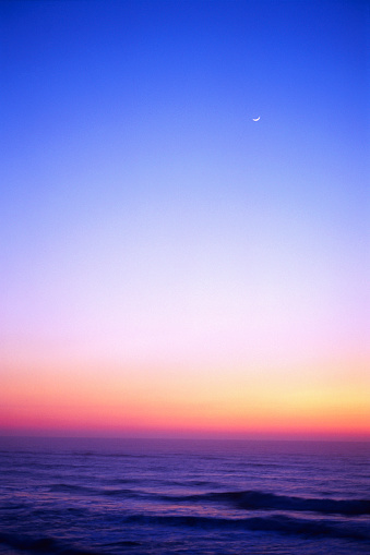 Moon「Small Crescent Moon at Sunset Over Ocean」:スマホ壁紙(12)
