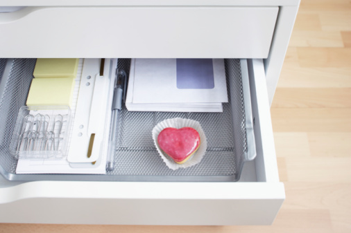 ハート「view into open desk drawer containing little cake in shape of heart」:スマホ壁紙(8)