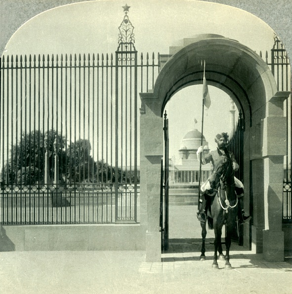 Delhi「Through A Sentry-Guarded Gateway To The Beautiful Government Buildings Of New Delhi」:写真・画像(15)[壁紙.com]