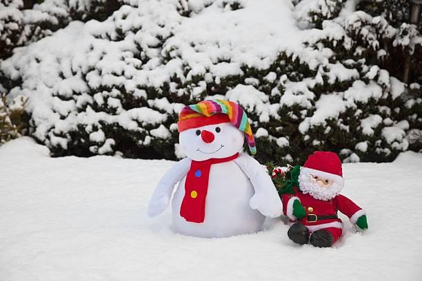Snowman With Santa Claus Doll; Whitburn, Tyne And Wear, England:スマホ壁紙(壁紙.com)