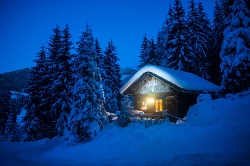 Perfection「Austria, Altenmarkt-Zauchensee, sledges, snowman and Christmas tree at illuminated wooden house in snow at night」:スマホ壁紙(5)