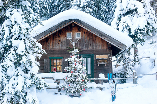 Christmas Decoration「Austria, Altenmarkt-Zauchensee, Christmas tree at wooden house in snow」:スマホ壁紙(17)