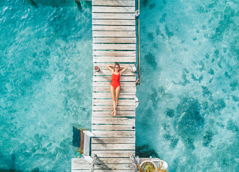 美しさ「Womann 水のバンガローでリラックスの空中ショット」:スマホ壁紙(2)