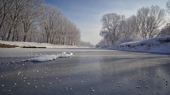 4k「木と冬の間に凍結する川の空中ショット」:スマホ壁紙(17)