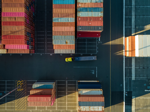 Long Beach - California「Aerial Shot of Truck in Container Terminal from Directly Above」:スマホ壁紙(4)