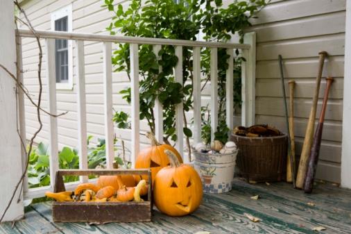 ハロウィン「Halloween decorations on a porch」:スマホ壁紙(10)