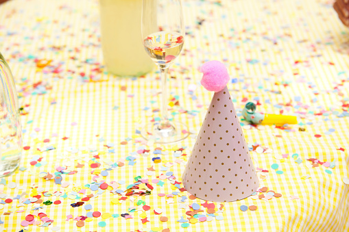 お正月「Party hat and party blower on table with confetti」:スマホ壁紙(16)