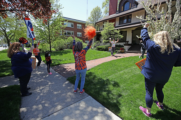 Illinois「Oak Park And River Forest High School Deliver Signs To 2020 Graduating Seniors Homes」:写真・画像(18)[壁紙.com]