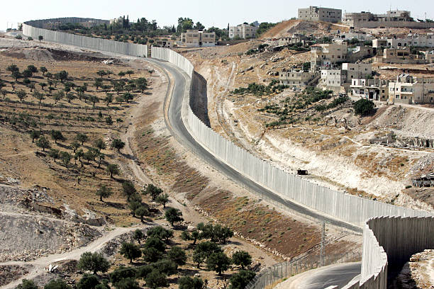 British Guerrilla Artist Decorates West Bank Barrier:ニュース(壁紙.com)