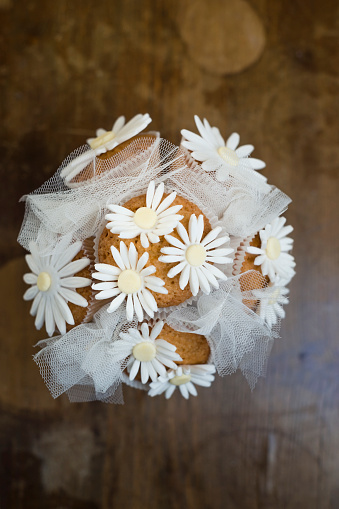 結婚「Cup cakes with white sugar blossoms and tulle」:スマホ壁紙(15)