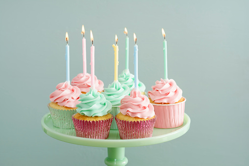 カップケーキ「Cup cakes with lighted candles on a cake stand」:スマホ壁紙(9)