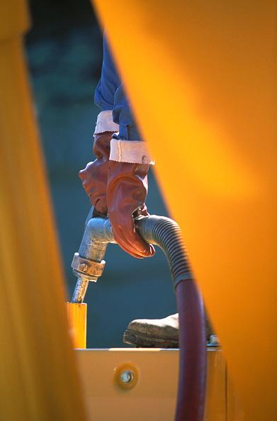 Construction Machinery「Plant opeartor filling petrol tank」:写真・画像(2)[壁紙.com]