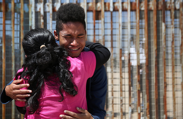 Baja California Peninsula「Mexicans Meet Separated Family Members Through U.S.-Mexico Border Fence In Tijuana」:写真・画像(16)[壁紙.com]
