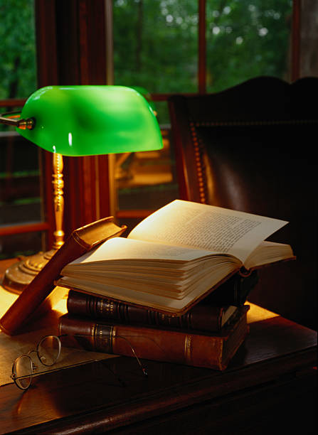 Banker's Lamp and a Stack of Books:スマホ壁紙(壁紙.com)