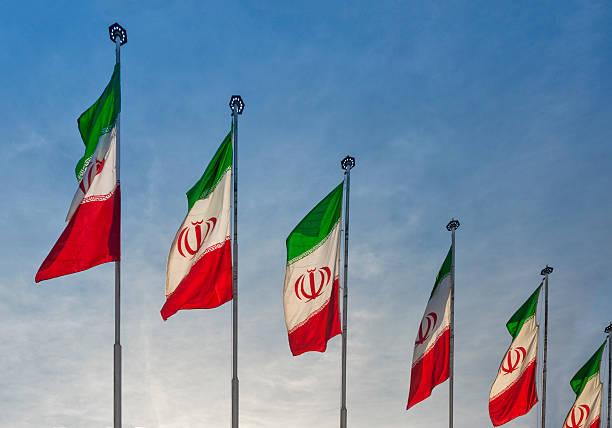 Iranian flags displayed on streets:スマホ壁紙(壁紙.com)