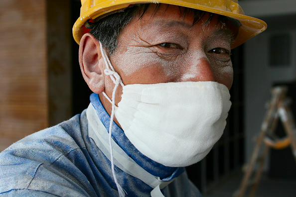 Ceiling「A worker wearing a cotton mask pauses from work sanding ceiling plaster in a new office tower in Beijing.」:写真・画像(3)[壁紙.com]