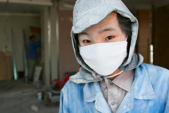 Ceiling「A worker wearing a cotton mask pauses from work sanding ceiling plaster in a new office tower in Beijing.」:写真・画像(2)[壁紙.com]