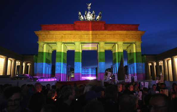 フロリダ州オーランド「Berliners Hold Evening Vigil For Orlando Massacre Victims」:写真・画像(5)[壁紙.com]