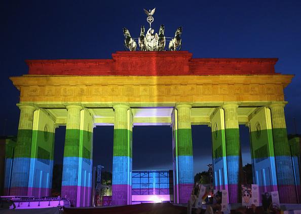 虹「Berliners Hold Evening Vigil For Orlando Massacre Victims」:写真・画像(4)[壁紙.com]