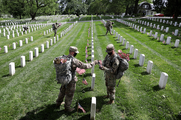 US Memorial Day「Arlington National Cemetery Holds Annual Flags-In To Honor Fallen For Memorial Day」:写真・画像(9)[壁紙.com]