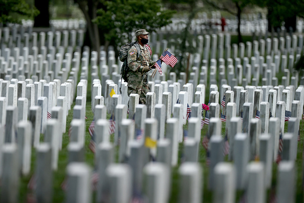 US Memorial Day「Arlington National Cemetery Holds Annual Flags-In To Honor Fallen For Memorial Day」:写真・画像(16)[壁紙.com]
