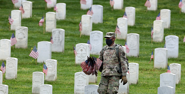 US Memorial Day「Arlington National Cemetery Holds Annual Flags-In To Honor Fallen For Memorial Day」:写真・画像(4)[壁紙.com]