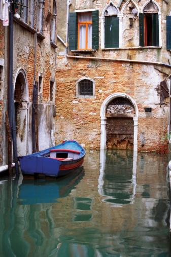 Gondola「Gondola in front of a house, Venice, Italy」:スマホ壁紙(7)