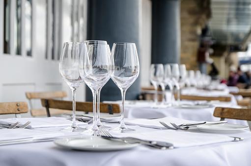 Plate「Empty table seen from side on terrace of restaurant」:スマホ壁紙(16)