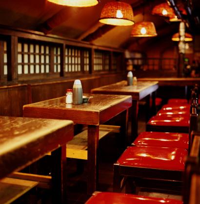 東京都中央区「Empty tables and chairs in Japanese restaurant」:スマホ壁紙(4)