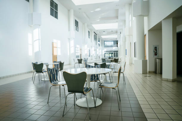 Empty table and chairs in lobby:スマホ壁紙(壁紙.com)