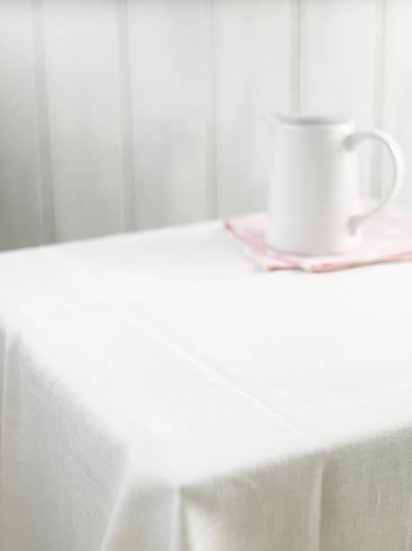 Empty table with pitcher:スマホ壁紙(壁紙.com)