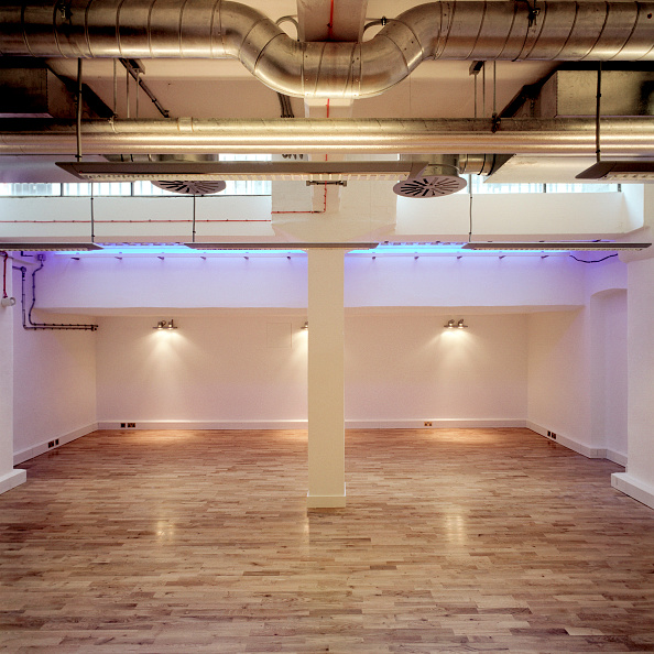 Ceiling「Deserted interior showing air conditioning ducts and laminate flooring.」:写真・画像(10)[壁紙.com]
