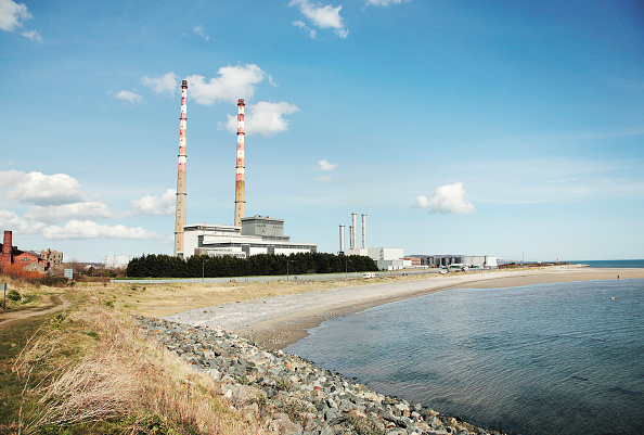 Chimney「Poolbeg Power Station from Irishtown Nature Reserve, Ringsend, Dublin, Ireland, 2008  The thermal generating station can use both gas and oil」:写真・画像(11)[壁紙.com]