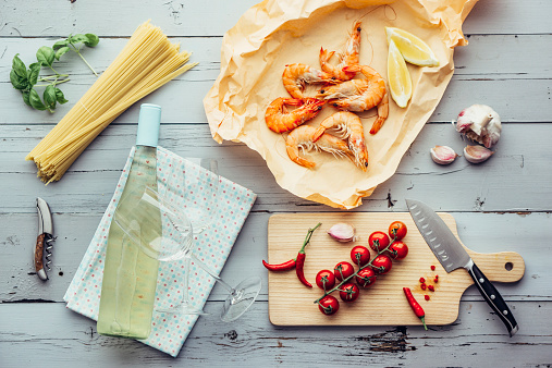 White Wine「Ingredients for pasta dish with prawns, tomatoes and white wine」:スマホ壁紙(18)