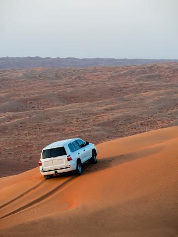 Driving「Oman, Al Raka,Off road car standing on dune of Rimal Al Wahiba desert」:スマホ壁紙(3)