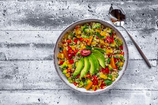 Bulgur Wheat「Bowl of bulgur salad with bell pepper, tomatoes, avocado, spring onion and parsley」:スマホ壁紙(17)