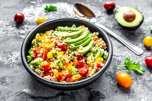 Bulgur Wheat「Bowl of bulgur salad with bell pepper, tomatoes, avocado, spring onion and parsley」:スマホ壁紙(16)