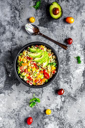 Bulgur Wheat「Bowl of bulgur salad with bell pepper, tomatoes, avocado, spring onion and parsley」:スマホ壁紙(13)