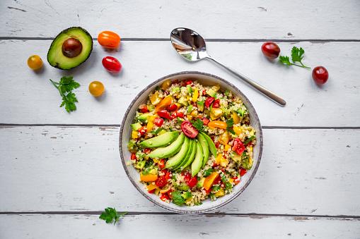 Bulgur Wheat「Bowl of bulgur salad with bell pepper, tomatoes, avocado, spring onion and parsley」:スマホ壁紙(8)