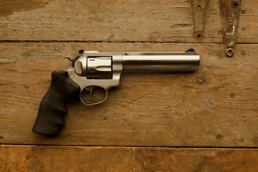 Handgun「USA, Montana, 357 Caliber handgun on table」:スマホ壁紙(19)