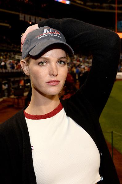 エリン・ヘザートン「The Northwest Brand Ambassador Erin Heatherton Throws Out Ceremonial First Pitch」:写真・画像(8)[壁紙.com]