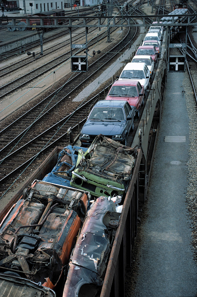 Railroad Car「Car wrecks and secondhand cars transporting by freight train」:写真・画像(7)[壁紙.com]