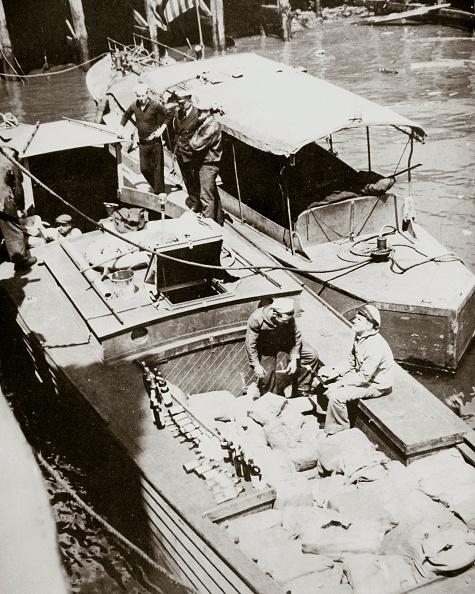 Organized Group「A Rum-Running Boat Caught Smuggling In 2000 Bottles USA 1920s」:写真・画像(14)[壁紙.com]